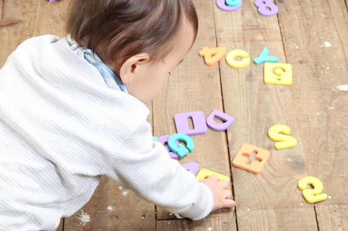 知育玩具で遊ぶ赤ちゃん