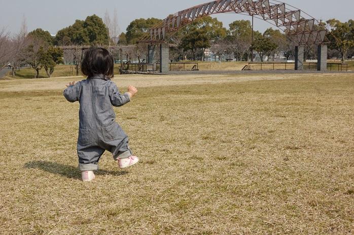 1歳くらいの赤ちゃんが歩いている後姿