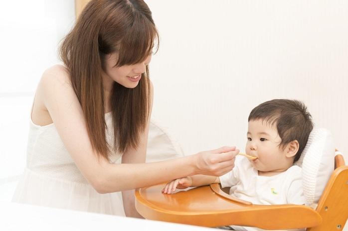 赤ちゃんに離乳食を与えている