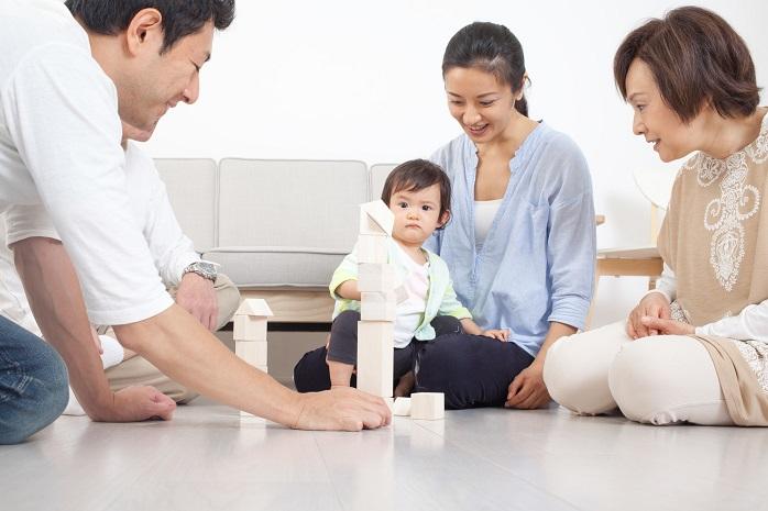 赤ちゃんの周りで団らんする家族