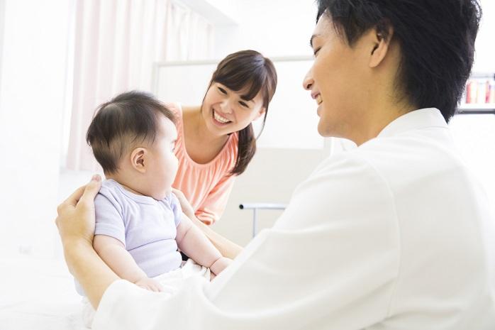 医者に診てもらっている赤ちゃん