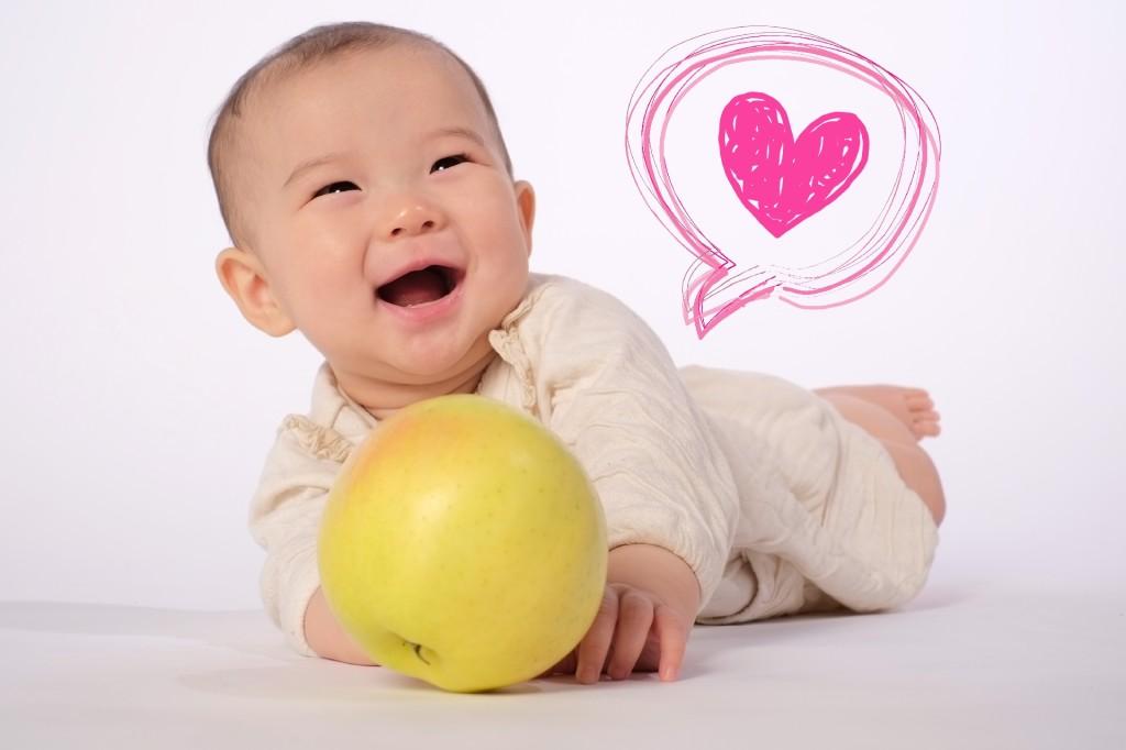 赤ちゃんとリンゴ