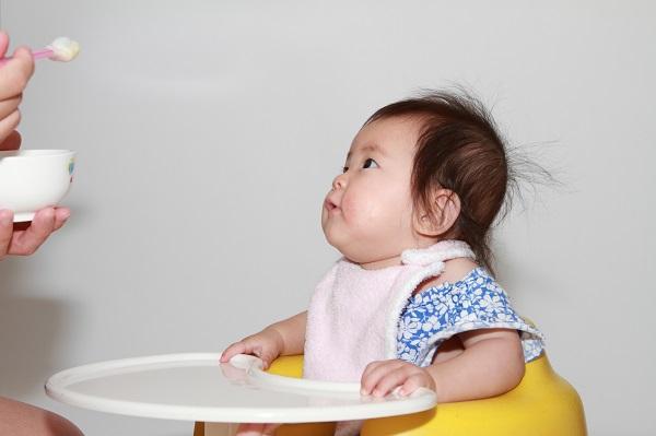 離乳食を食べる赤ちゃん(0歳児)
